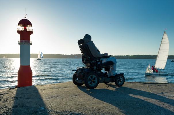 Mit dem Elektrischen Rollstuhl ist man auch im Alter noch mobil dank Batterietechnik.