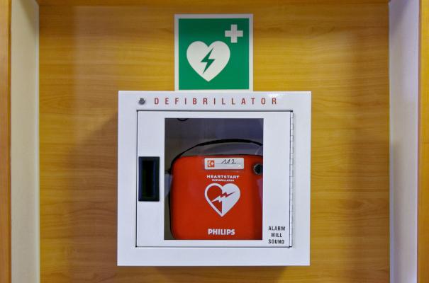 Mobile Defibrilatoren sind mit Akkus ausgerüstet um so im Notfall überall einsetzbar zu sein.