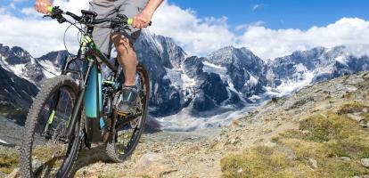 Ein E-Mountinbike benötigt besonders leichte und trotzdem Leistungsstarke Akkusysteme.