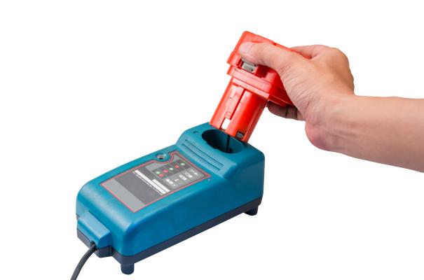 Ein Werkzeugakku wird in das dazugehörige Ladegerät eingesetzt.