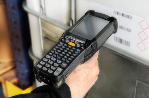 Ein Mobiler Scanner scannt Barcodes von Produkten.